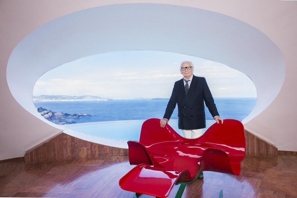 Pierre cardin dans la villa palais bulle vue mer