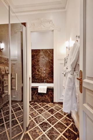 salle de bain de luxe haut de gamme bordeaux