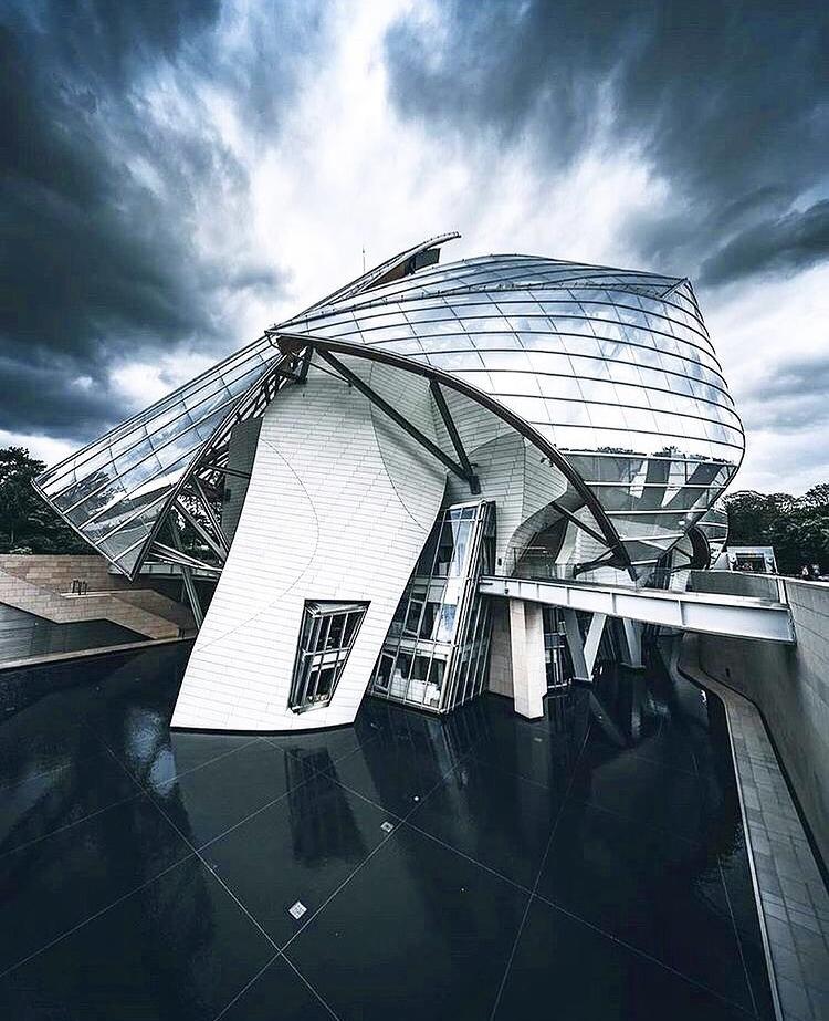 Fondation Louis Vuitton paris luxe exterieur bleu