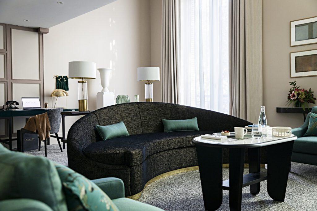 Salon canapé noir hôtel de luxe scribe opéra