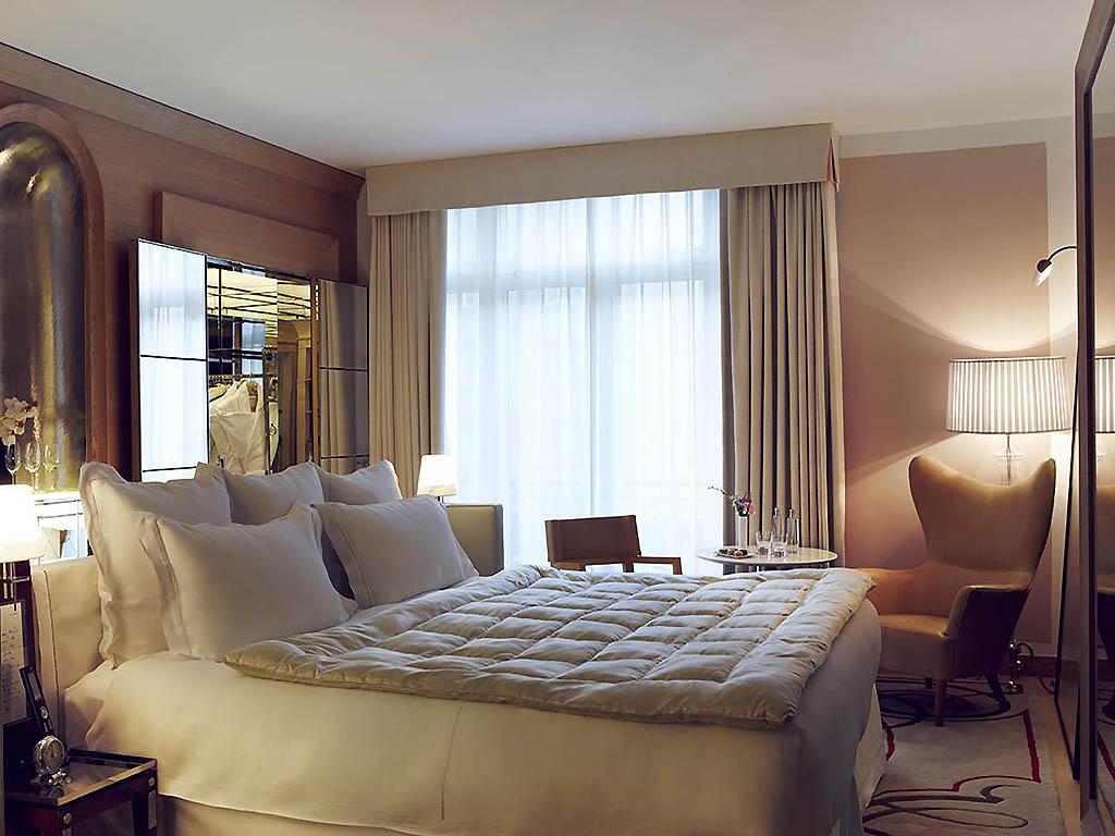 Lit chambre hotel de luxe royal monceau