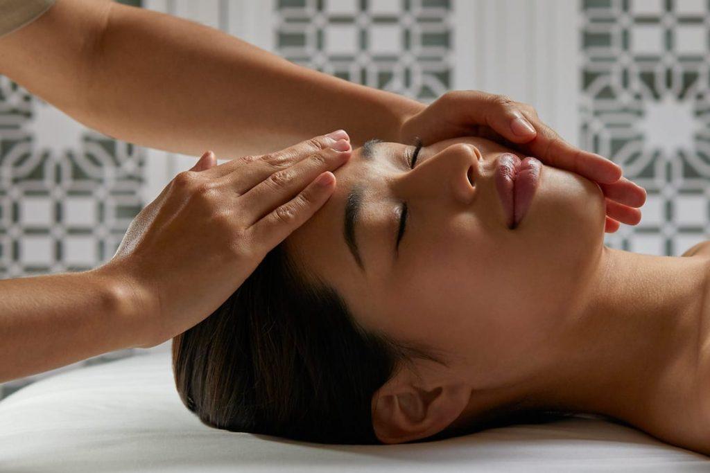 Salon Wellness Mandarin Oriental spa de luxe facial treatment massage soin du visage Paris spa institut de beauté