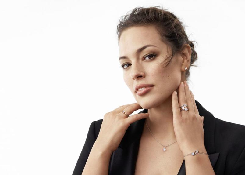 Pandora Collection Brillante Diamants de laboratoire de luxe en bague avec bracelet et boucle d'oreille porté égérie - Minute Luxe Magazine