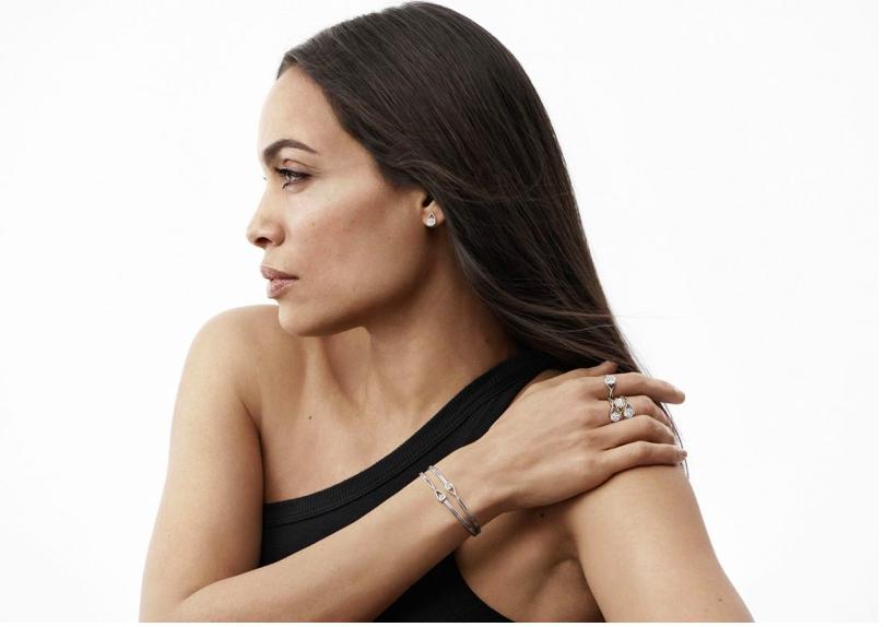 Pandora Collection Brillante Diamants de laboratoire de luxe en bague avec bracelet et boucle d'oreille porté - Minute Luxe Magazine