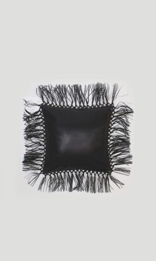 Coussin Victoria Tomas Tissu et cuire noir - Minute Luxe Magazine