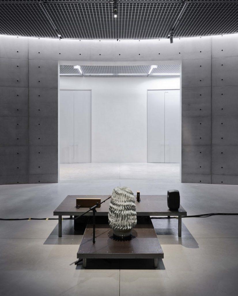 L'installation de Tarek Atoui Bourse du commerce